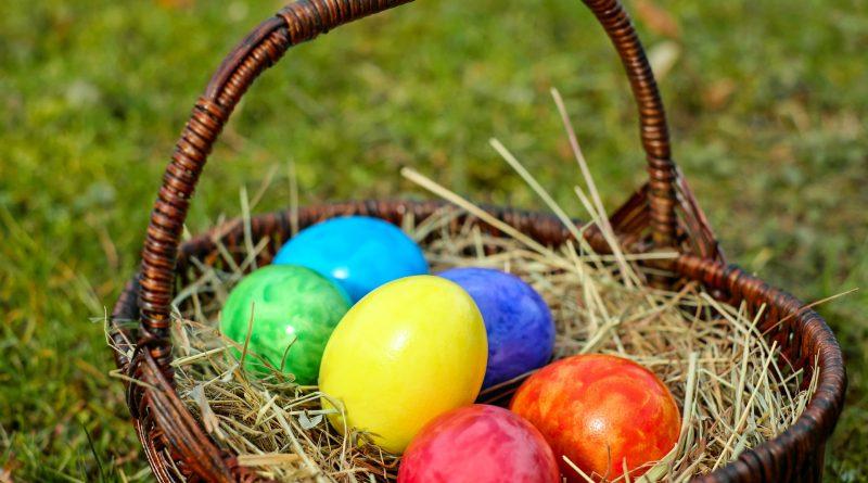 jaja wielkanocne w koszyku