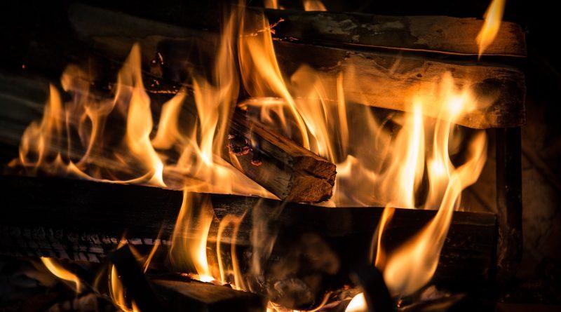 Jakie drewno do kominka sprawdzi się najlepiej?